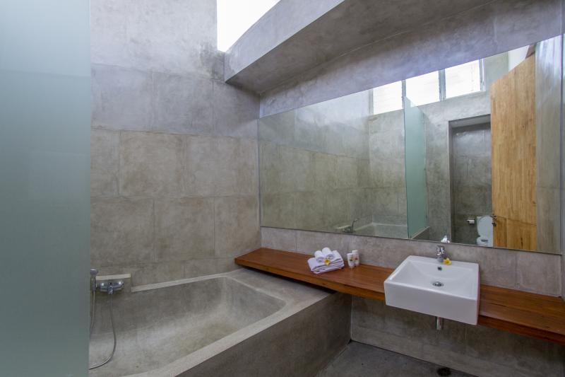De en-suite badkamer met XXL bad