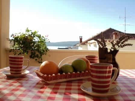A.Red|close to the beach| sea view private terase, alquiler de vacaciones en Okrug Gornji