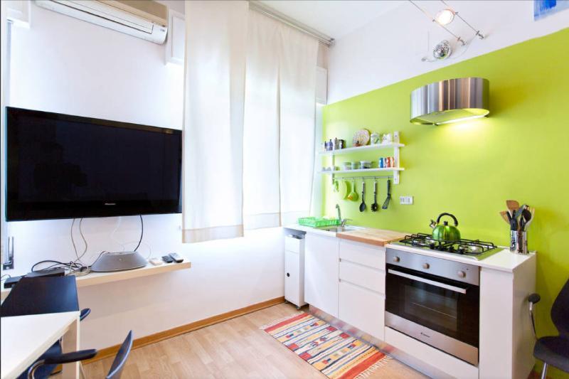 TV 42 Pollici e cucina con forno