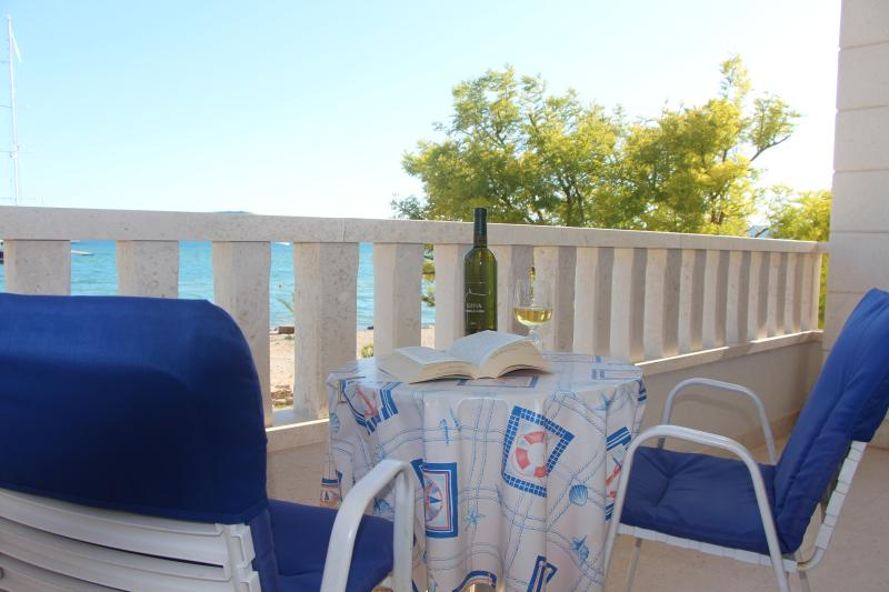 Studio apartment Amor with sea view, vacation rental in Donji Seget