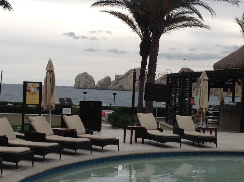 cómodas tumbonas rodean las piscinas