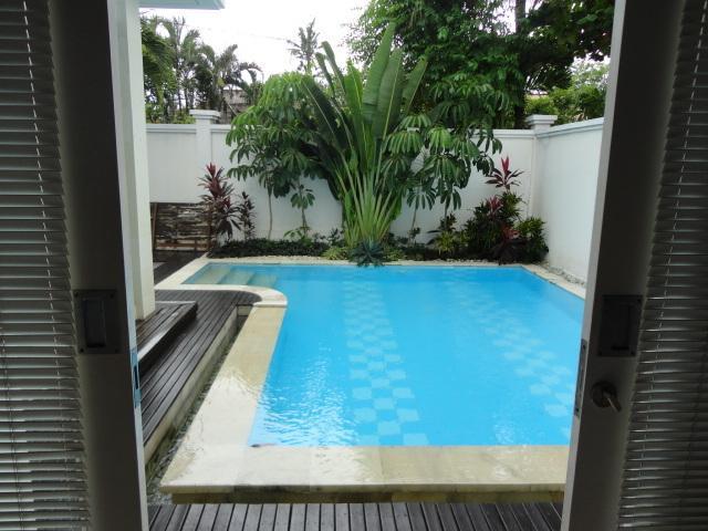 Sopra la vista dalla camera matrimoniale alla piscina