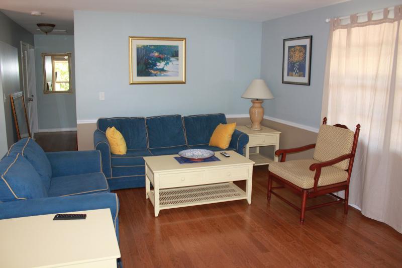 Wohnzimmer bietet Platz für sechs Personen und verfügt über Queen sized ausziehbarer Couch.