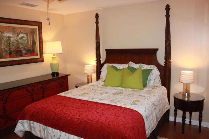 Zweites Schlafzimmer mit Queen-size Bett und riesige Kommode - viel Platz für all Ihre Sachen.