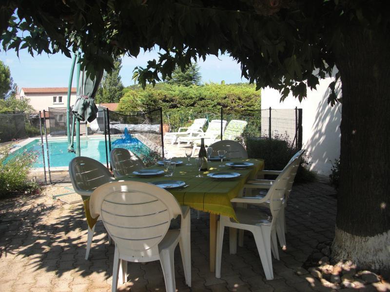 refeições à sombra de árvores de mulberry e relaxar à beira da piscina