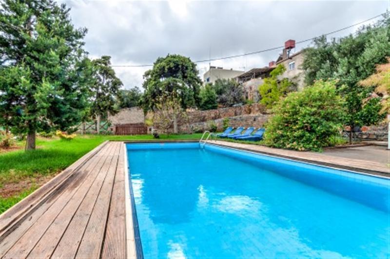 Grande piscina, vista para o jardim