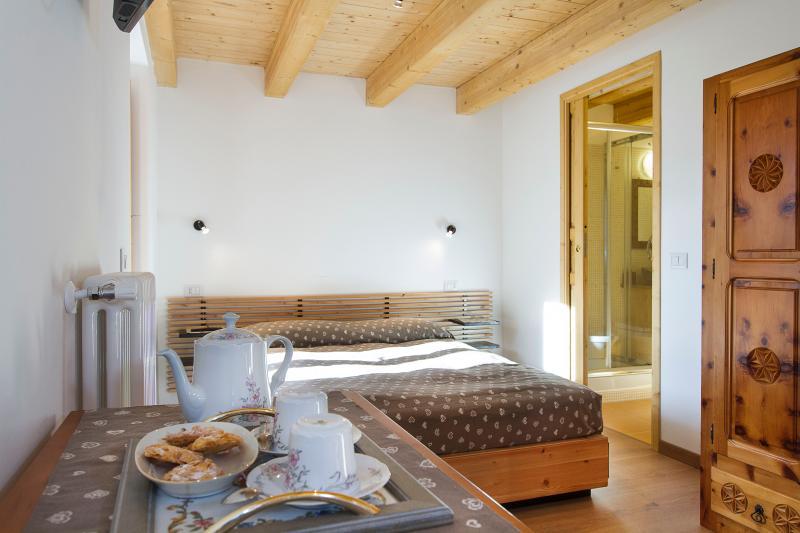 Camera Tortora con terrazzo (balcony), bagno privato (bathroom), salottino TV e internet