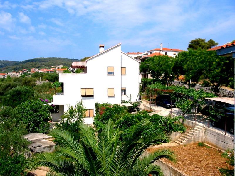 Apartemente pour 8 perssonnes avec grande terrasse, aluguéis de temporada em Slatine