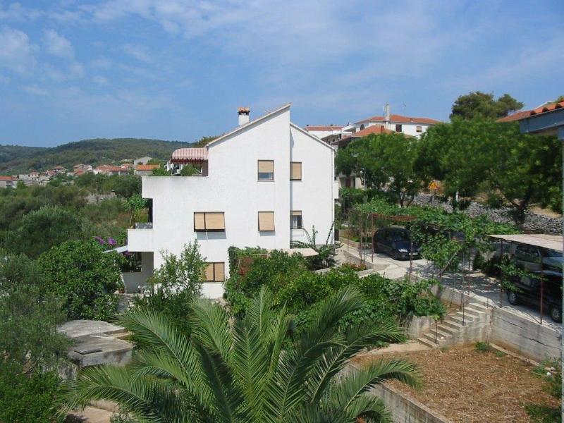 Appartement pour 4 perssonnes au rez-de-jardine, aluguéis de temporada em Slatine