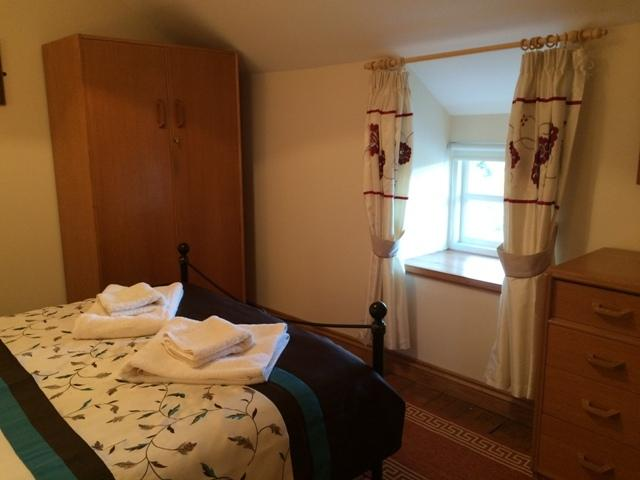 2. Schlafzimmer mit Doppelbett mit Blick auf das Tal und die Landschaft