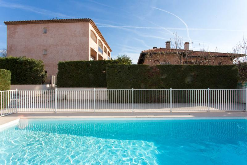Sunny modern studio on the Cote d'Azur, French Riviera with balcony and pool, alquiler de vacaciones en Cagnes-sur-Mer