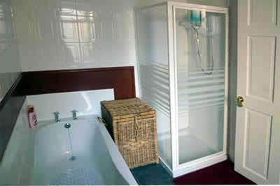 Salle de bains moderne avec douche électrique et bain