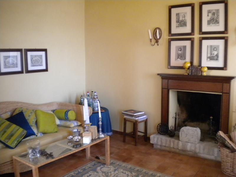 La salle de séjour avec cheminée