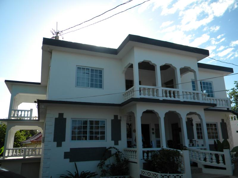Lovely 8 bdrm Villa with gorgeous swimming pool. Located n the heart of Negril, minutes from beach.