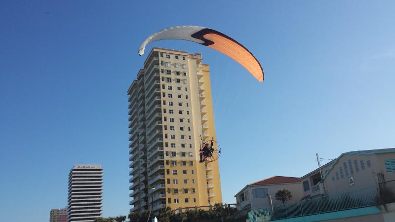 Kite vliegtuigen in de lucht over het strand