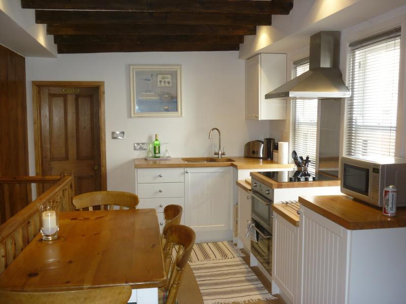 Novo e muito bem equipada, esta cozinha é luminoso e arejado.