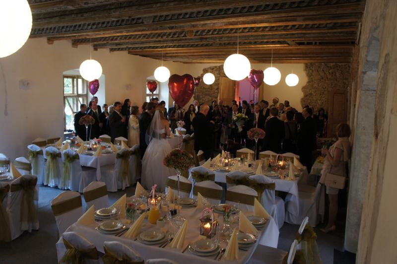 weddings up to 100 people in the house. Up to 250 in one of the big barns
