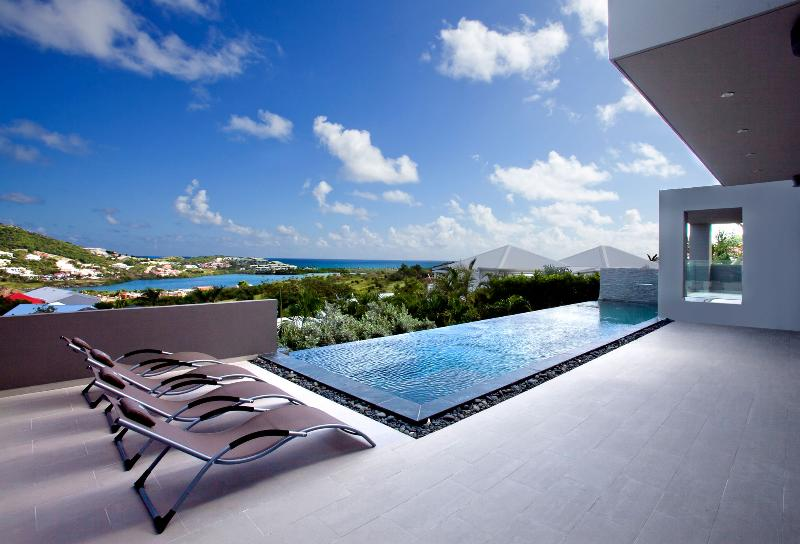 EMVIE... Contemporary 3 BR Beauty overlooking Orient Bay, Full AC, Gym, Jacuzzi,, holiday rental in Grand Case