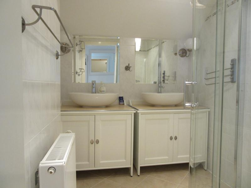 Shower room, with twin sinks