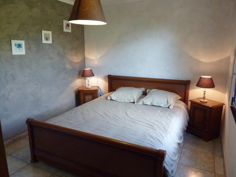 Dormitorio 1: cama de matrimonio grande y cuarto de baño adyacente y wc.