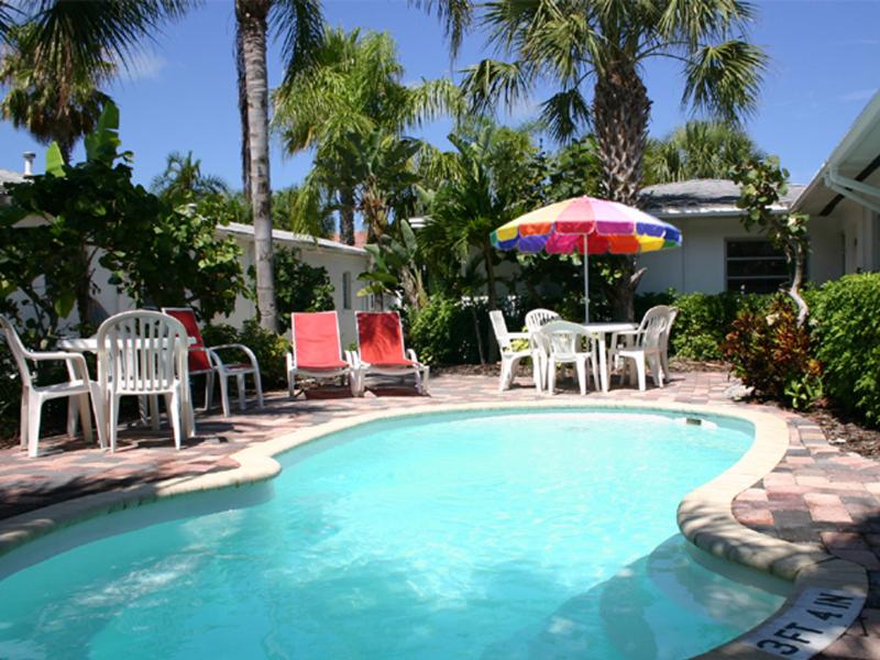 Banana Breeze/Lazy Lemon Cottage-2 heated Pools, Clearwater Beach,Gulf of Mexico, vacation rental in Clearwater