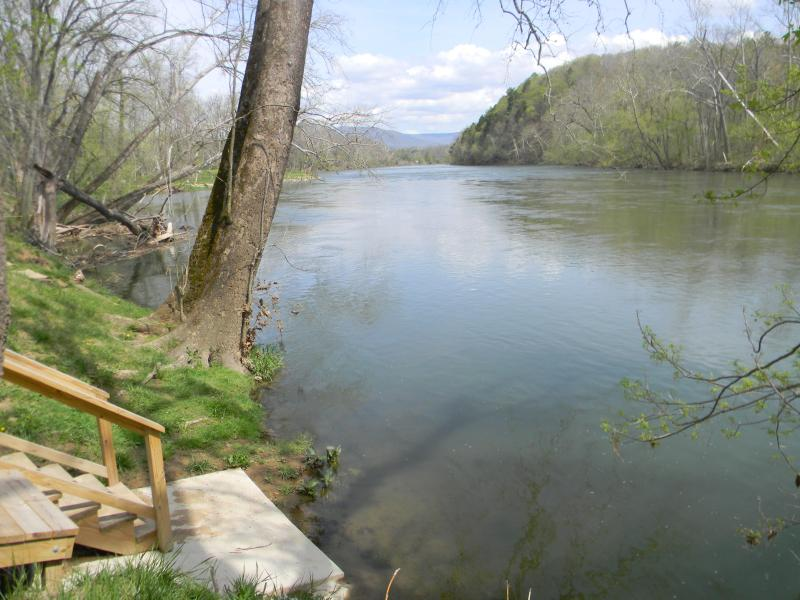 waterfront acess at our #1 Rock Tavern River Kamp - walking distance from cabin