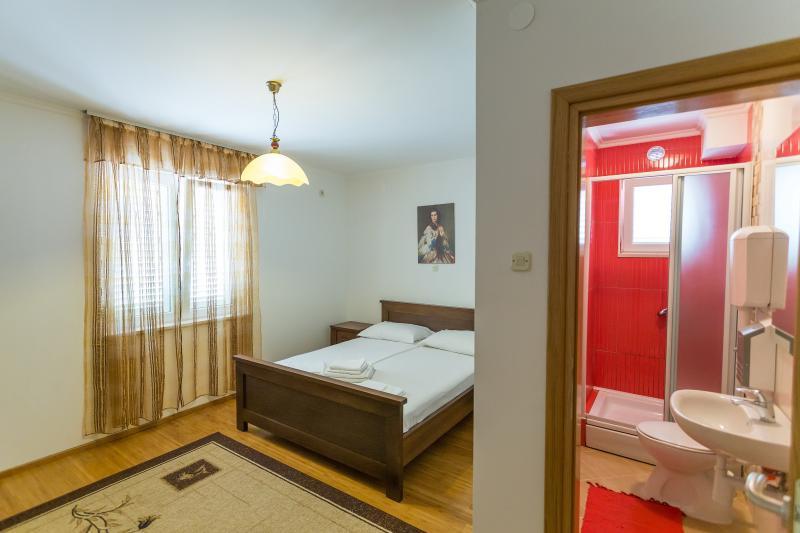 Room in Mlini (7 km from Dubrovnik), casa vacanza a Celopeci