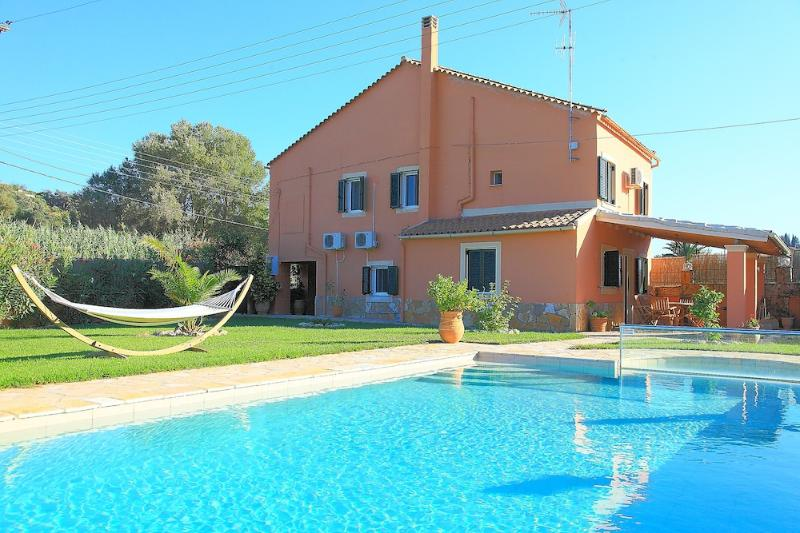 Villa Livadi: Luxury detached villa with private pool and beautiful gardens in, holiday rental in Avliotes
