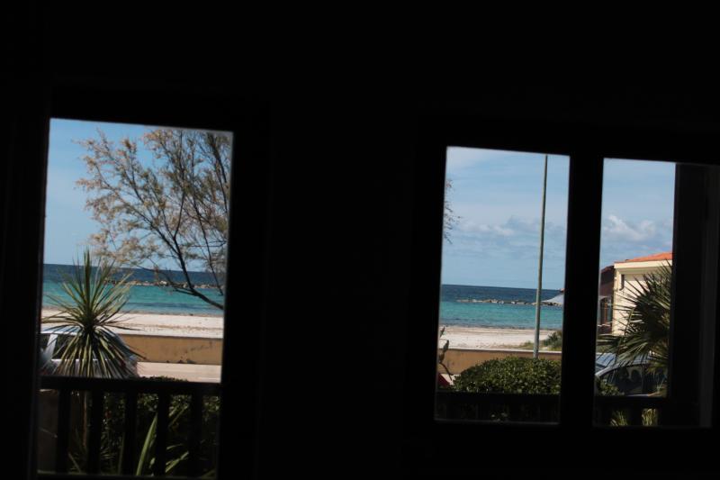 La playa y el mar visto desde la ventana de la sala