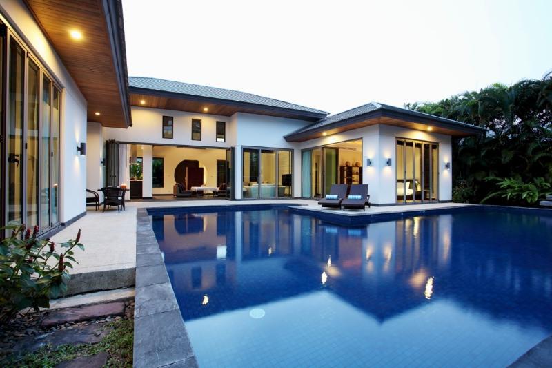 Piscine et terrasse dans la nuit
