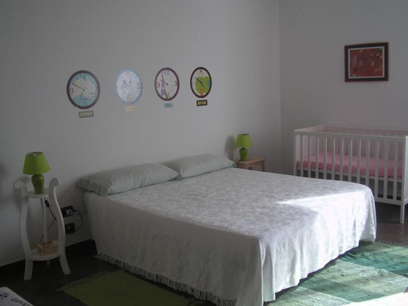 ampia camera principale con lettino bebè