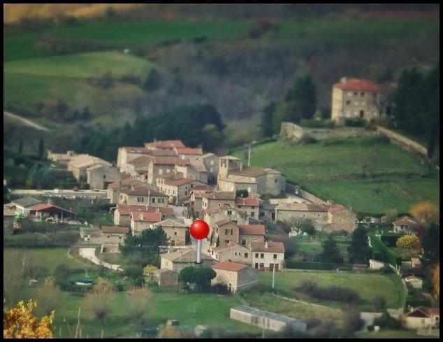 le gite est dans la maison marquée de rouge,avec 600m2 de terrain arboré devant et réservé au gite .