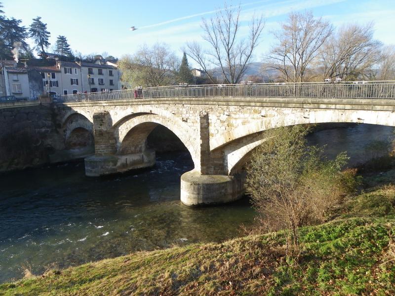 vue du salon sur le pont  vieux  enjambant  la riviere AUDE réputée pour ses truites  et ses ombres