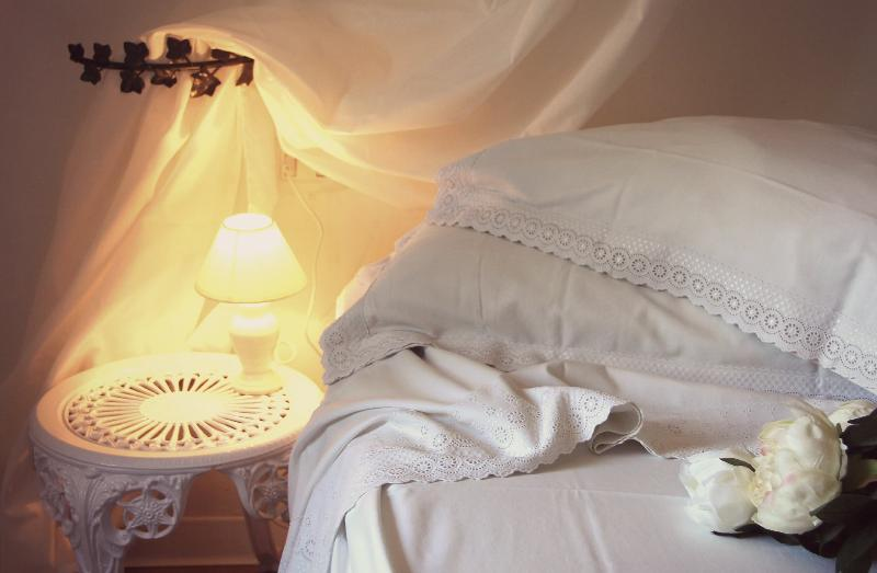 Lenzuola bianche, morbide e profumate vi garantiranno un sonno davvero riposante.