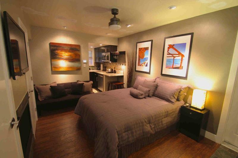 Studio con 1 letto matrimoniale e divano letto futon, angolo cottura più grande e bagno completo.