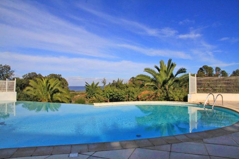 DUPLEX VILLA BEACH FRONT CORSICA ILE ROUSSE, location de vacances à Pietralba