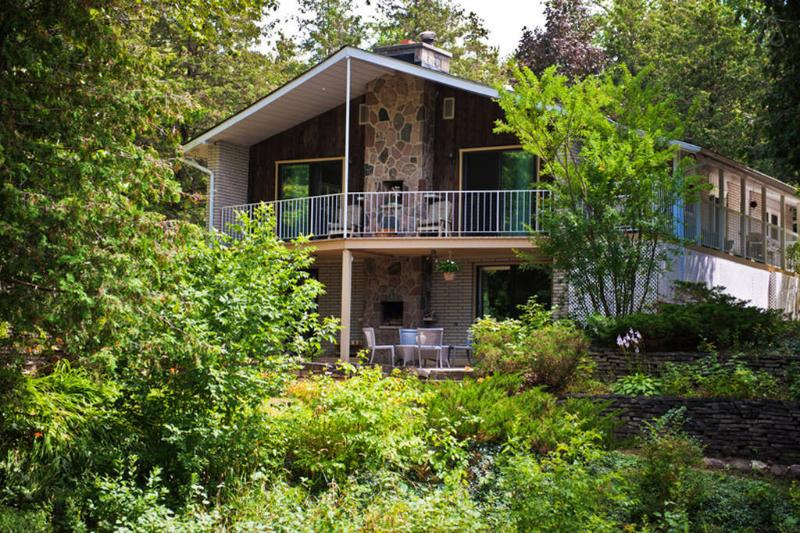 El nivel inferior es tu entrada y salir al patio, con vistas Creek de amante!