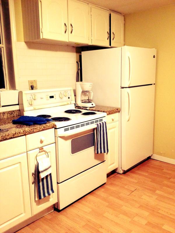 Cocina incluye caldera, horno, vitrocerámica y microondas.
