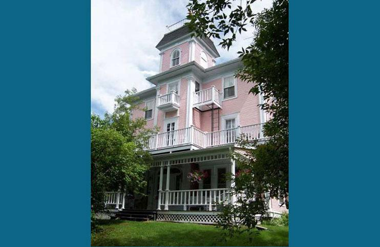 The Old Mansion House - Historic 8 Bedroom Home, location de vacances à Magog