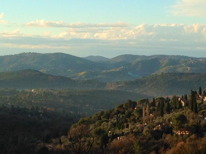 Vue sur les collines depuis le Domaine Saint Sauveur à Grasse