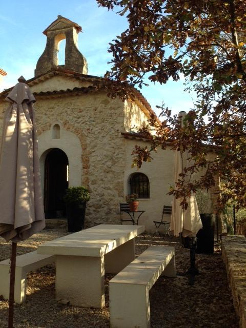 Parvis de la chapelle du Domaine Saint Sauveur à Grasse