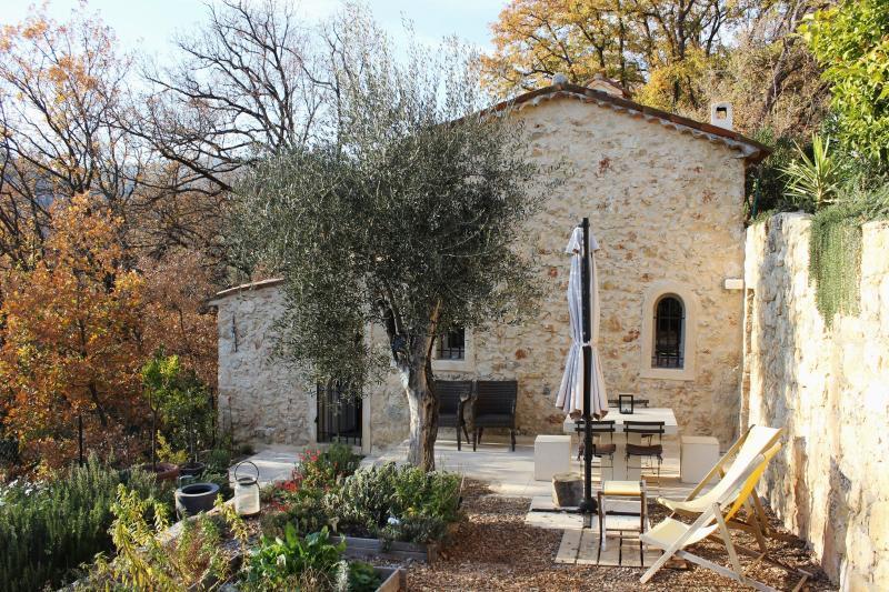 Façade arrière et jardin de la chapelle du Domaine St Sauveur à Grasse
