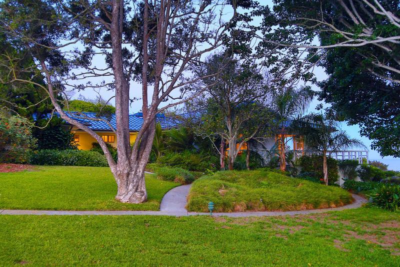 2 acres van tropische gronden rondom het huis