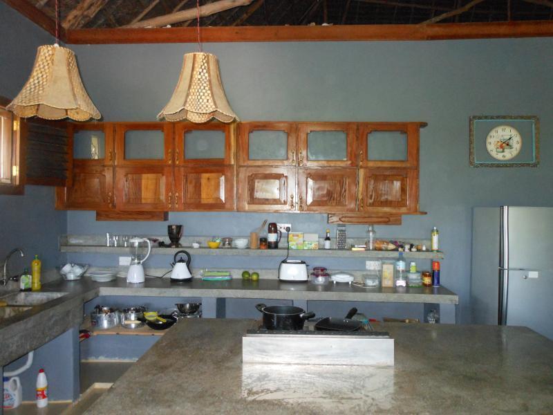 Área de cocina abierta, totalmente equipada
