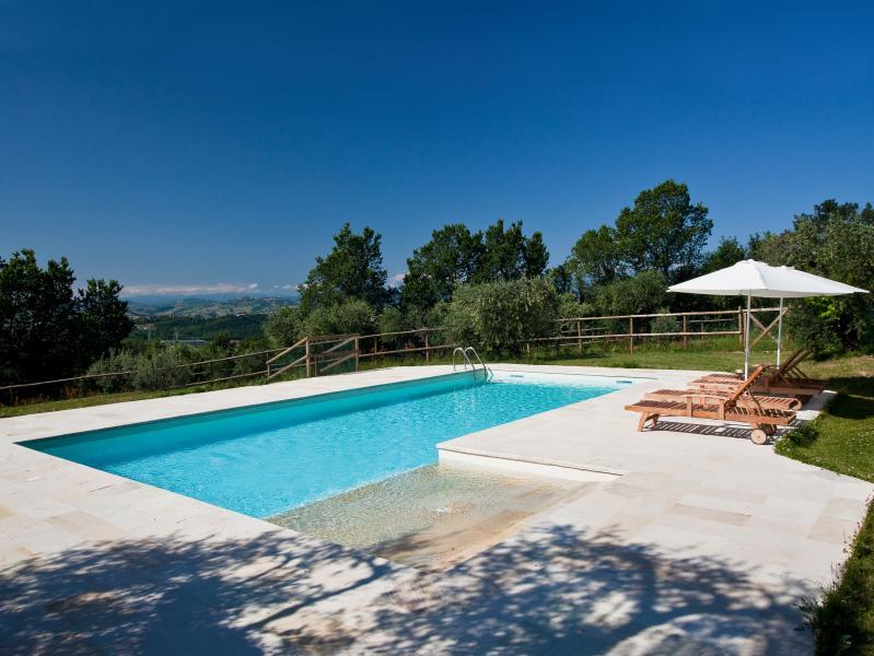 A piscina com montanhas Sibillini na linha da horizonte