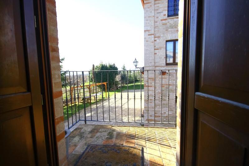 O terraço privativo do apartamento vermelho parece às montanhas Sibillini