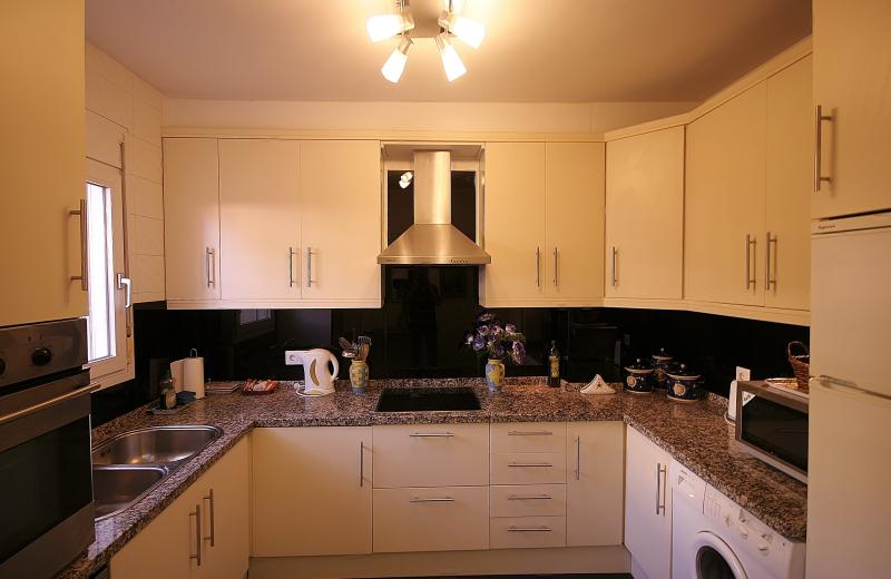 Brand new kitchen with granite worktops.