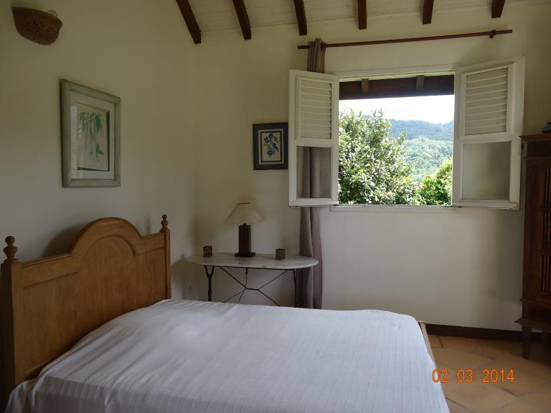 la chambre aux deux lits côté montagne