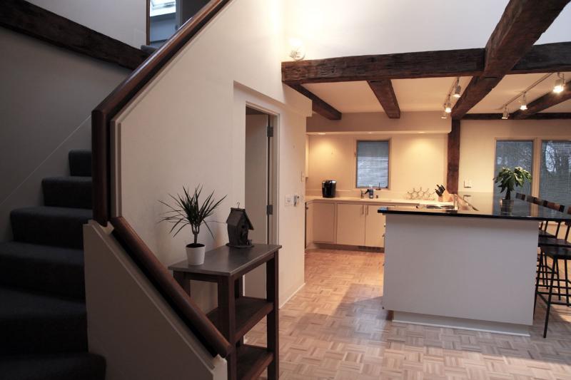 Escaleras que conducen a nivel principal al comienzo del piso segundo dormitorio y baño.