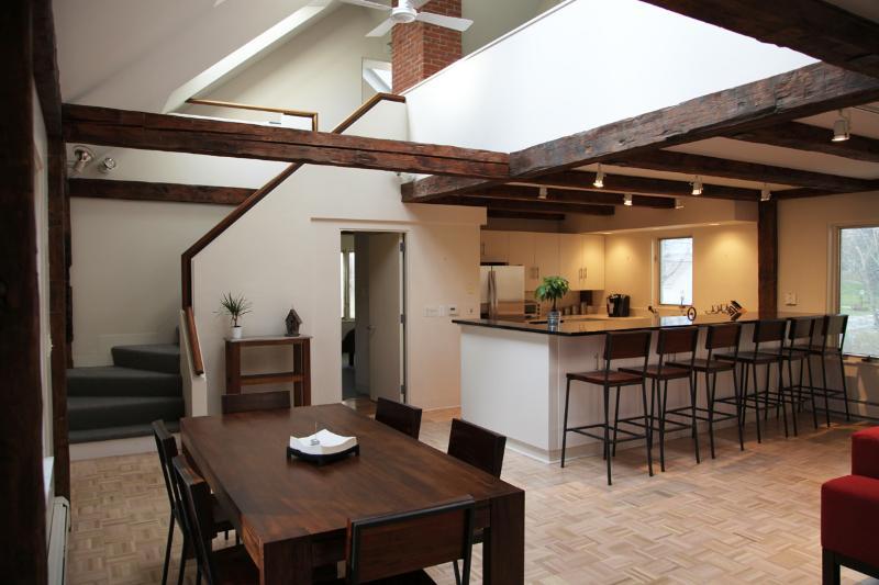 Rústico moderno plan de piso abierto, vigas antiguas, tragaluces, parquet nuevo.